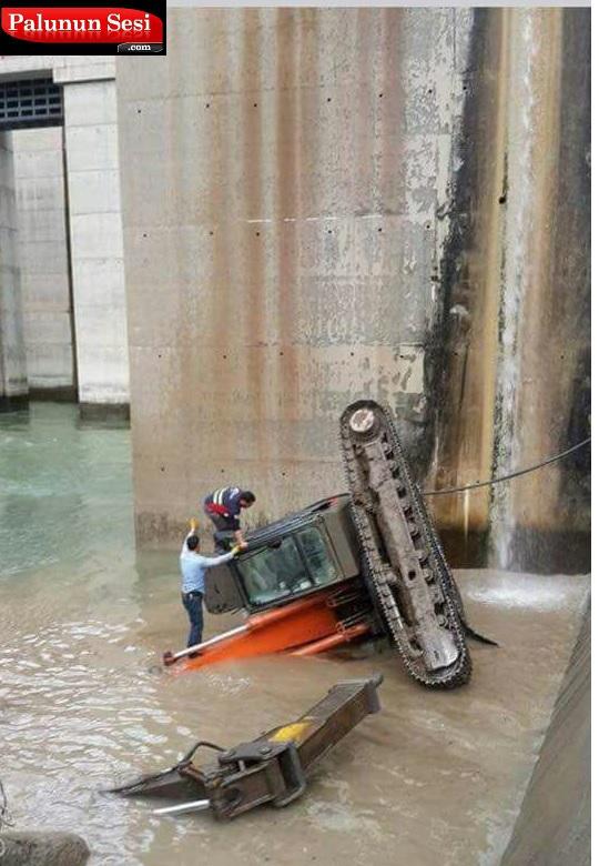 Beyhan Barajında Beko Aracı 10 metreden suya düştü