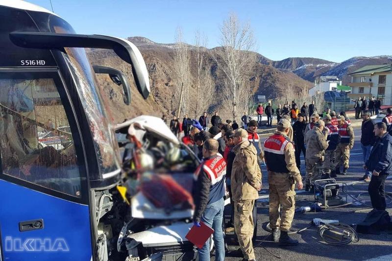 Elazığ Bingöl Yolunda Yolcu otobüsü ile kamyonet kafa kafaya çarpıştı: 4 ölü 7 yaralı