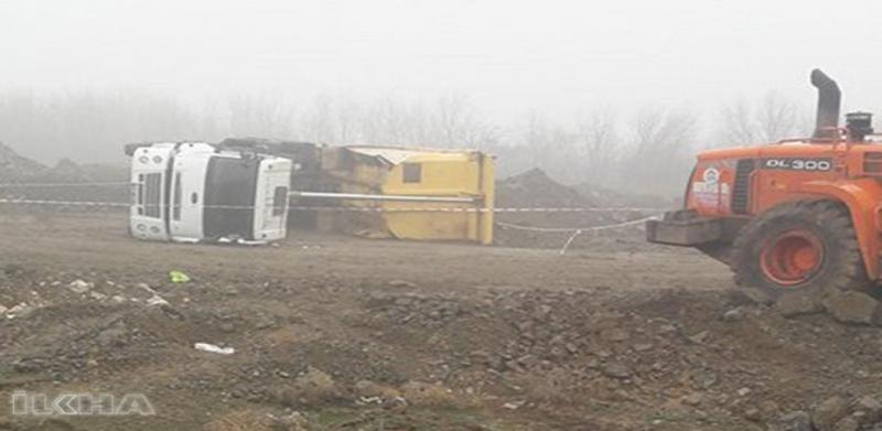 Elazığ`da Yan yatan kamyonun altında kalan sürücü hayatını kaybetti