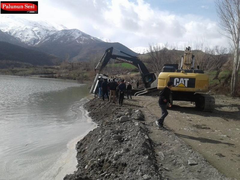 Gökdere`de Geri Giden Kamyon Baraj Suyuna Düştü