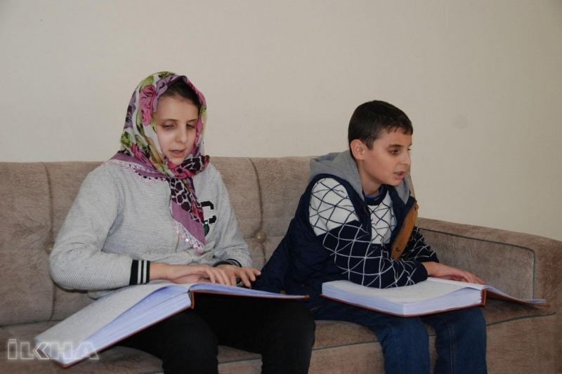 Görme engelli kardeşlerin Kur'an aşkı imrendiriyor