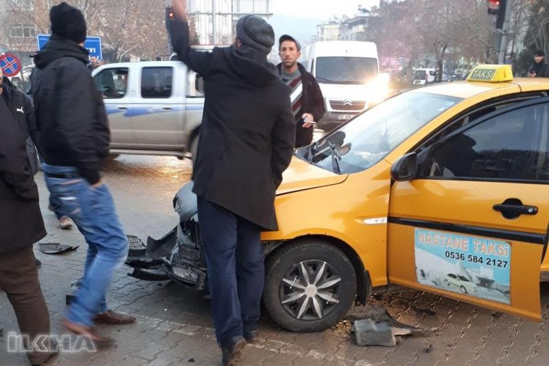 Kovancılar`da Taksi ile minibüs çarpıştı