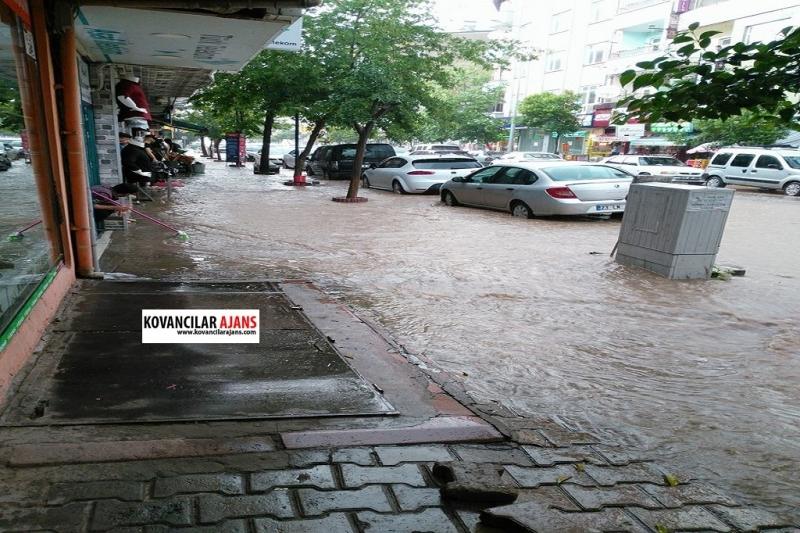 Kovancılar`da Yağan Yağmur Alt Yapıyı Çökertti
