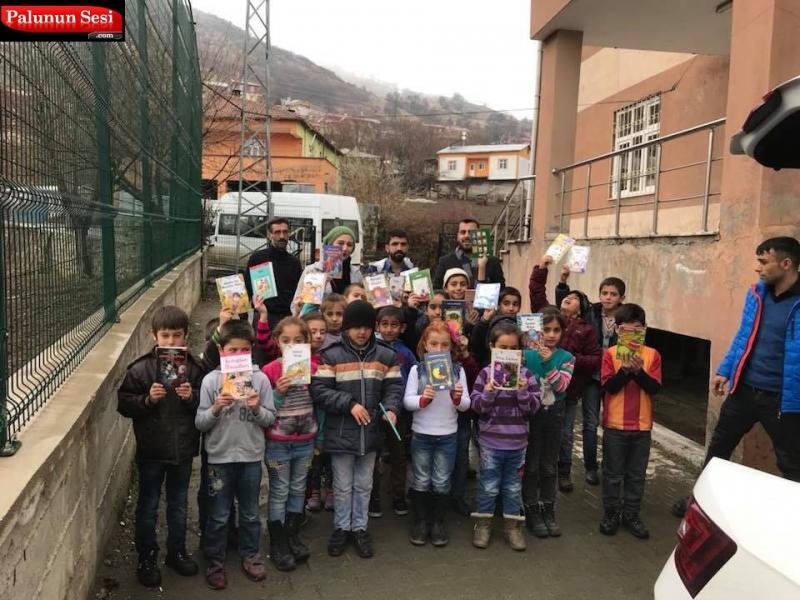 Palu Akpartili Gençler Köydeki Okullara Kitap Bağışı Yaptı