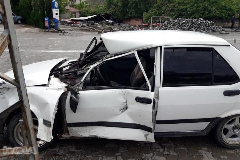 Palu`da Tren otomobile çarptı: 2 yaralı