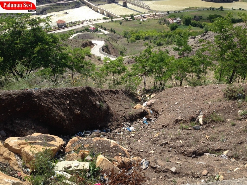 Şeyh Ali Septi Mezarlığı Etrafındaki Çöplere Vatandaşlar Tepki Gösterdi