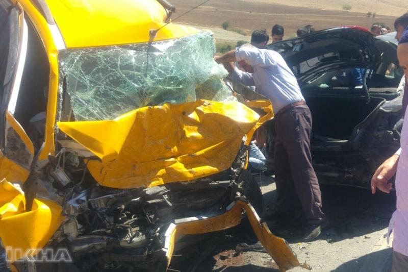 Yarımca`da İki araç çarpıştı: 3 ölü